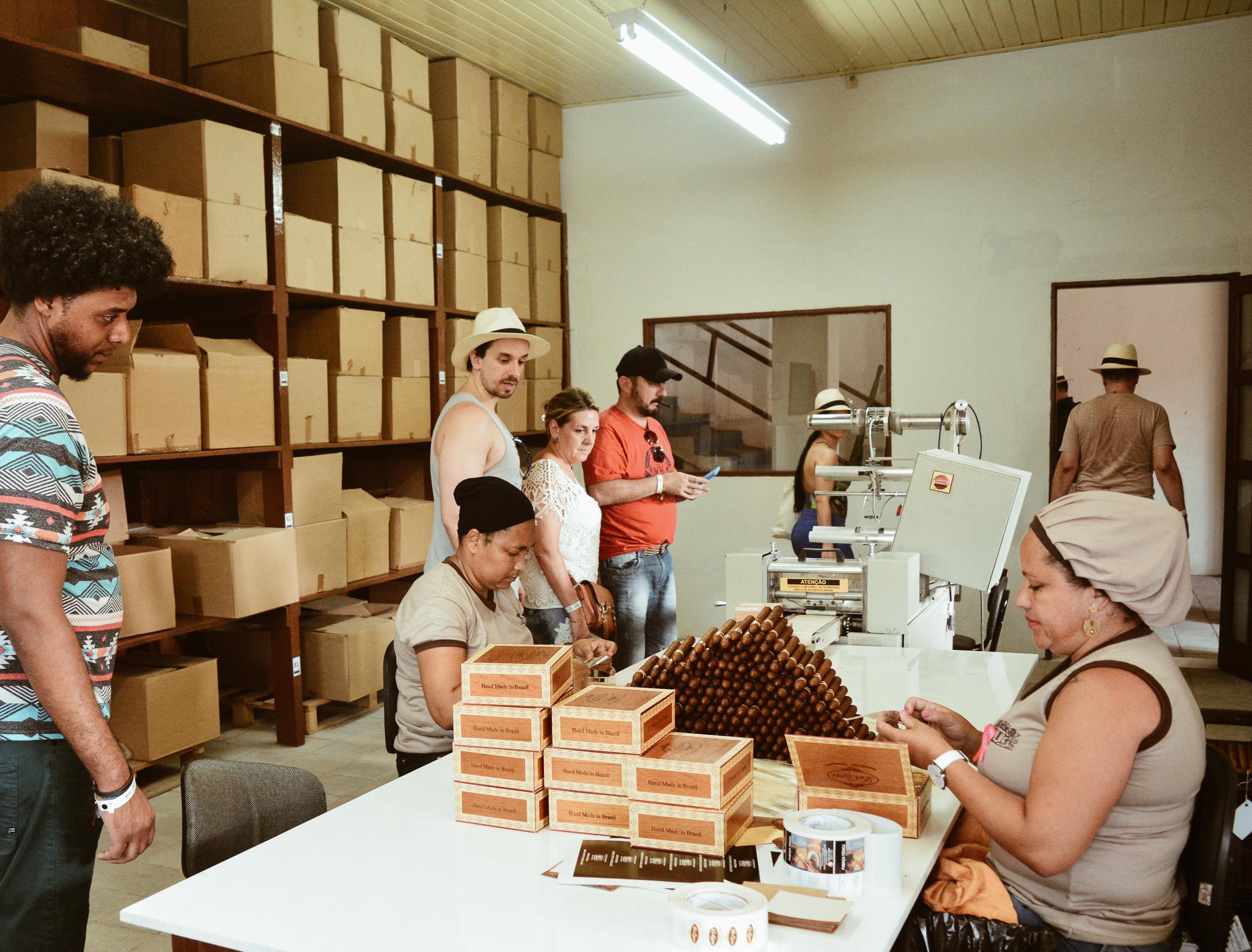 Festival Origens leva participantes para fábrica Leite & Alves e promove workshop de charuto com chocolate